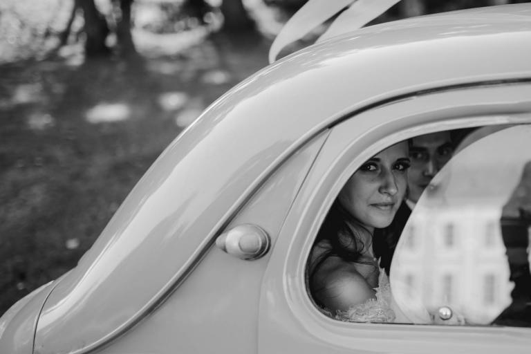 PHOTOGRAPHE MARIAGE RENNES - JUSTINE DANS LA VOITURE