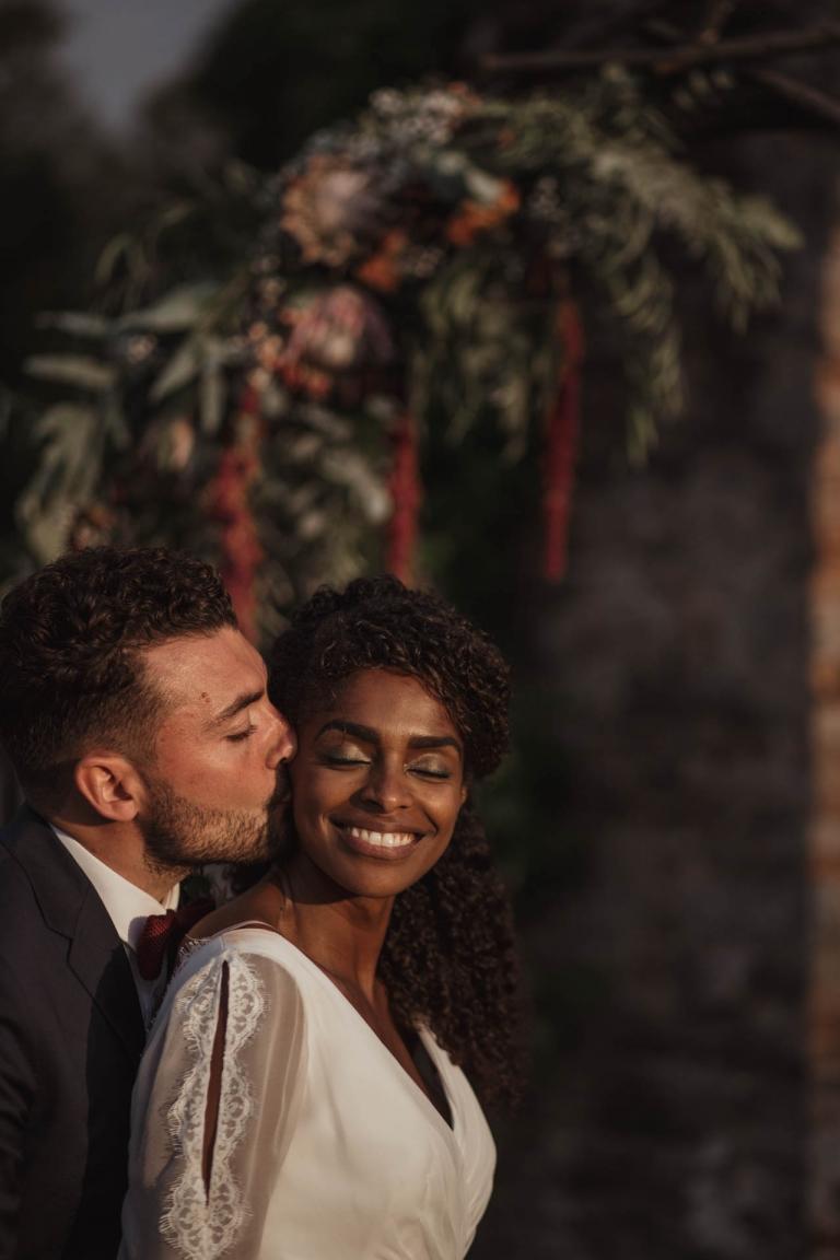 couple de marié mixte au château de la Robinais
